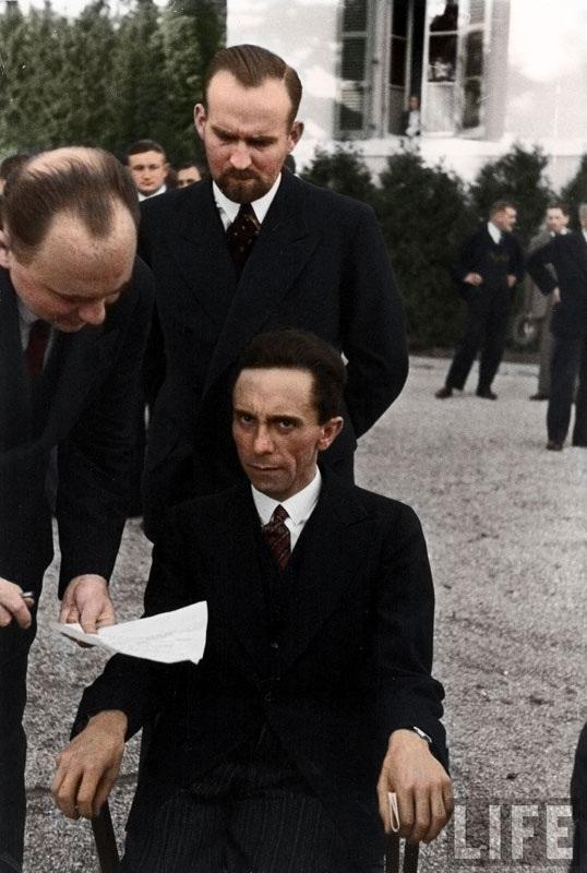 Joseph Goebbels, ministro de propaganda nazi mira a un fotografo judío en 1933